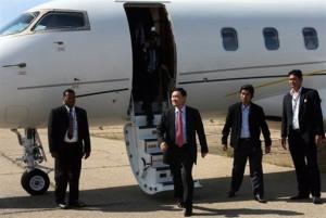 ทักษิณ ชินวัตร ก้าวลงจากเครื่องบินที่ท่าอากาศยานกรุงพนมเปญ